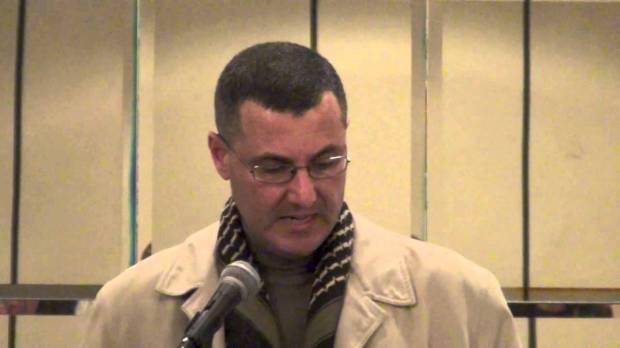 Omar Barghouti, una delle menti dietro al movimento del boicotaggio, durante una conferenza (foto via @Youtube)