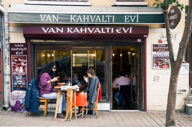 An-iranian-couple-eats-outside-at-Van-Kahvalti